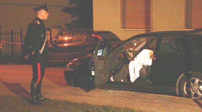 Il corpo di Cozzolino nella sua auto (foto di Nedo Coppini - La Nazione)